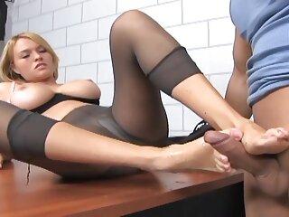 Sexo oral y vaginal en la oficina con sexo en español latino una pelirroja
