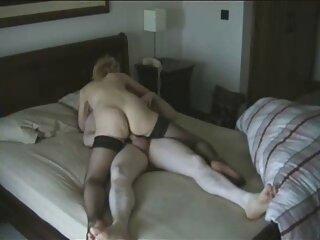 Dos lesbianas se divierten en una porno entre hermanos españoles cama rosa