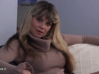 La tetona sexogratisenespañol Kara Nox se divierte con un joven