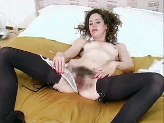 Chica en lencería sexy y dos videos de sexo subtitulados en español chicos