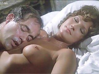 Rubia tetona disfruta follando sobre una cama blanca sexo casero con españolas